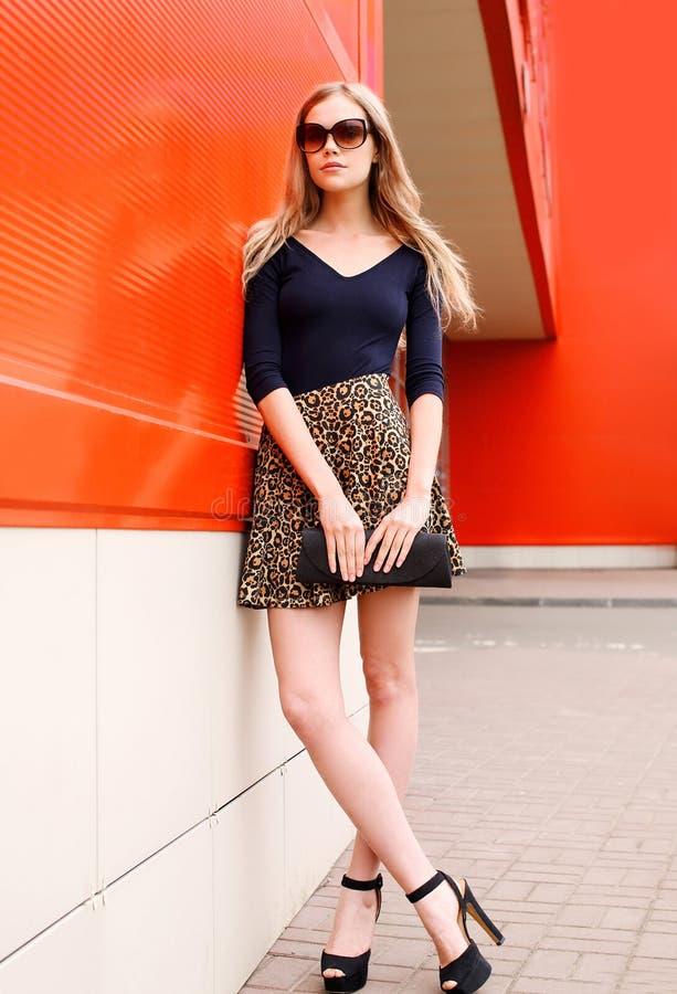 Όμορφο νέο πρότυπο γυναικών μόδας στη φούστα λεοπαρδάλεων στοκ εικόνα