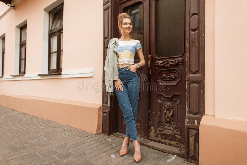 Όμορφο νέο πρότυπο γυναικών σε ένα μοντέρνο σακάκι με στοκ εικόνες