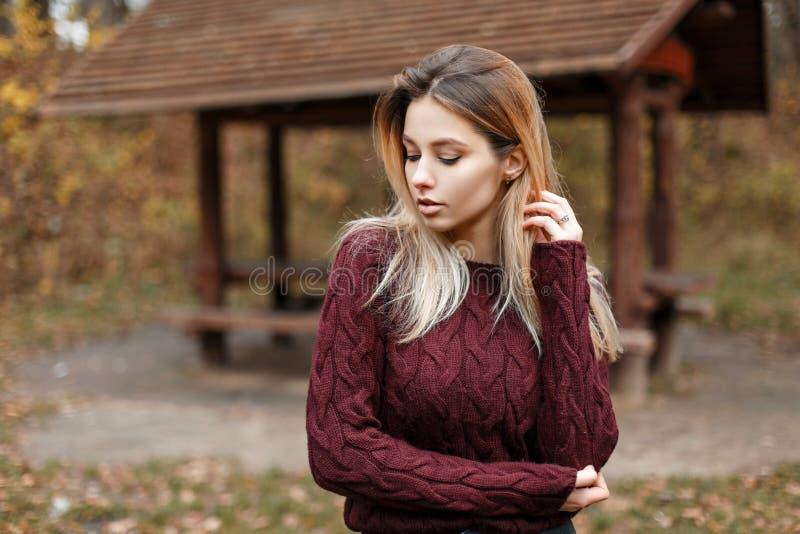 Όμορφο νέο πρότυπο κορίτσι στο μοντέρνο πουλόβερ στη φύση στοκ εικόνες