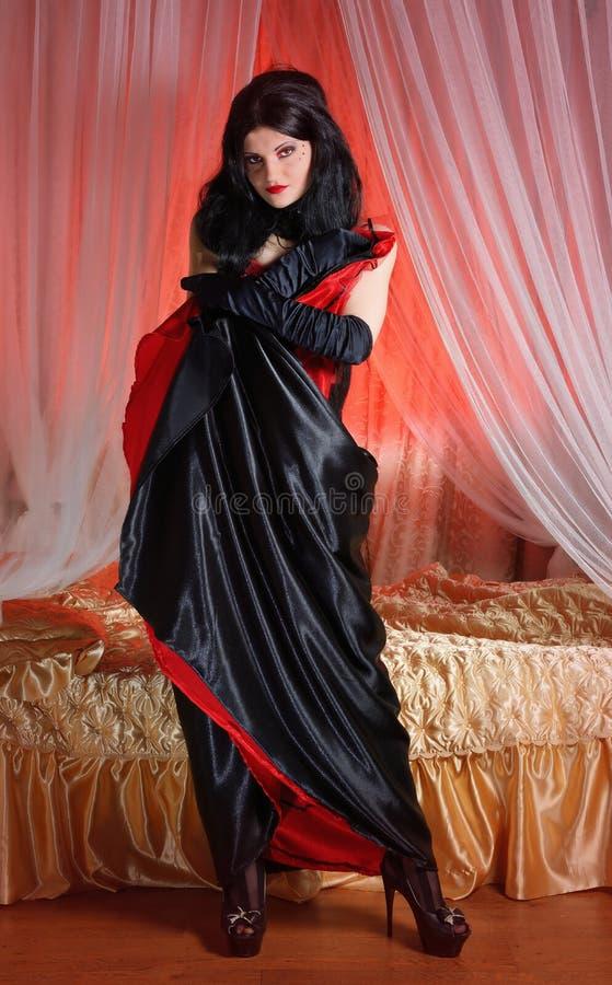 Όμορφο νέο cabaret γυναικών παρωδίακο πορτρέτο showgirl στοκ φωτογραφίες