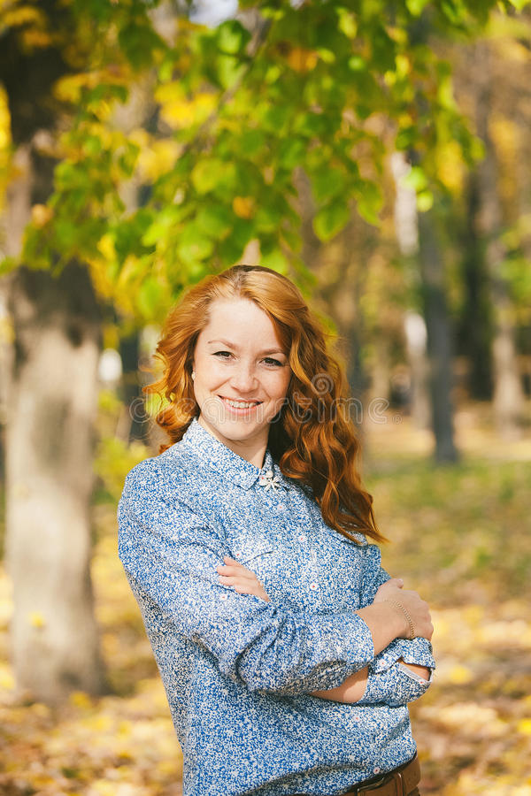 Όμορφο νέο redhead κορίτσι που εξετάζει τη κάμερα στοκ εικόνες