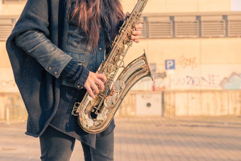 Όμορφο νέο saxophone γενικής ιδέας παιχνιδιού γυναικών στοκ εικόνες