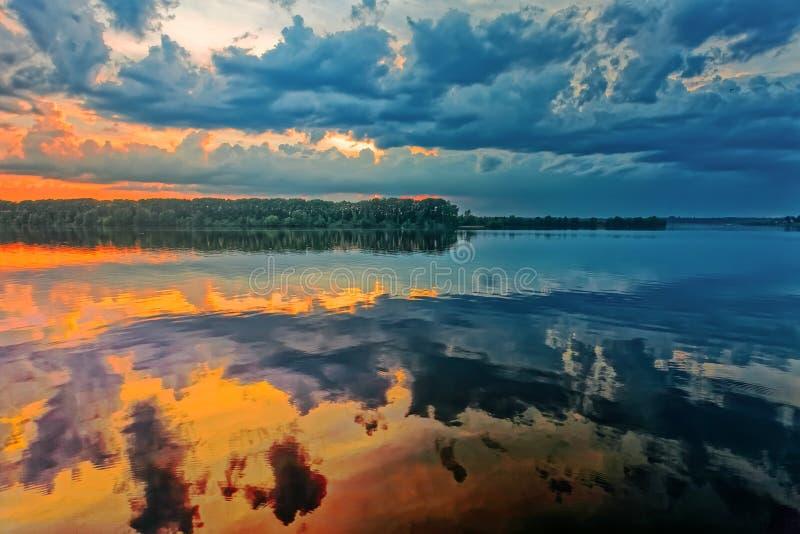 Όμορφο νερό στην ανατολή στον ποταμό Βόλγας στοκ φωτογραφία με δικαίωμα ελεύθερης χρήσης
