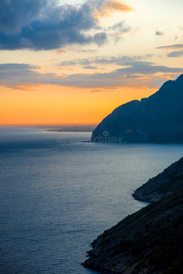 Όμορφο νεφελώδες ηλιοβασίλεμα στο νησί της Λευκάδας στοκ εικόνες