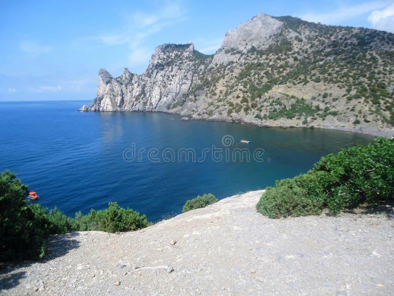 Όμορφο νησί βουνών στην μπλε θάλασσα στοκ εικόνες
