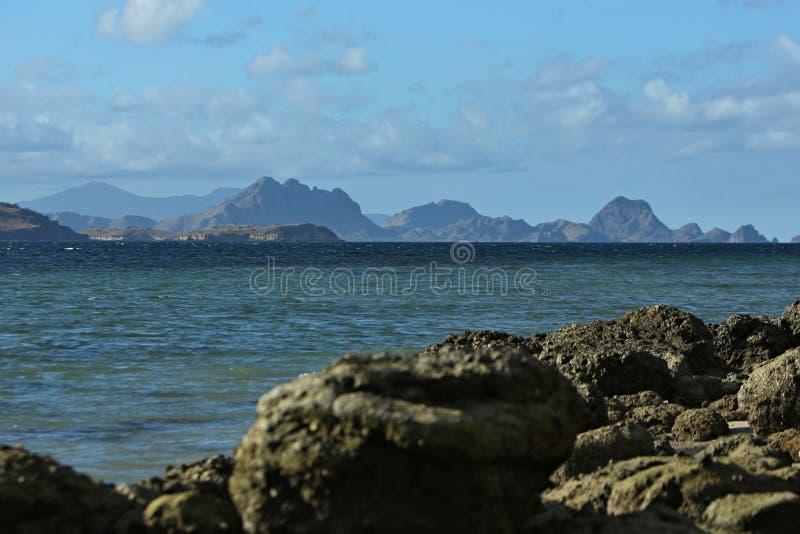 Όμορφο νησί komodo μέσα του εθνικού πάρκου στην Ινδονησία στοκ εικόνα με δικαίωμα ελεύθερης χρήσης
