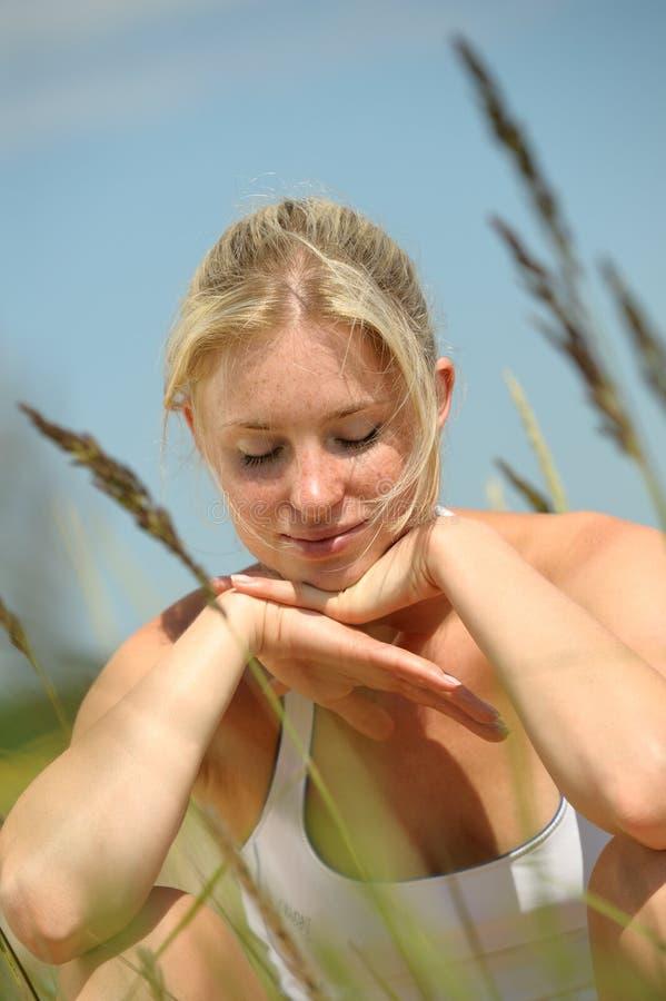 όμορφο ξανθό θηλυκό στοκ εικόνες