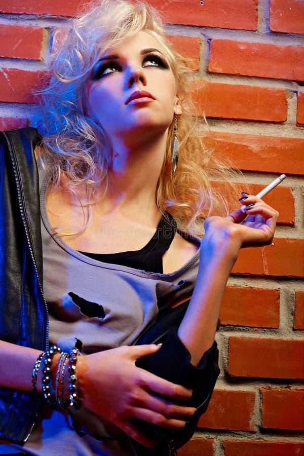 Download όμορφο ξανθό κάπνισμα κορι&tau Στοκ Εικόνα - εικόνα από κάνετε, σακάκι: 17055013