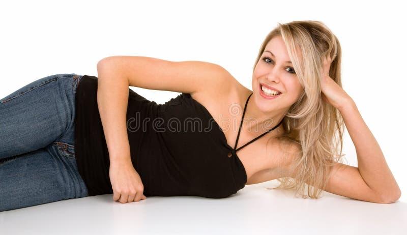 όμορφο ξανθό κάτω χαλαρώνοντας χαμόγελο στοκ φωτογραφίες