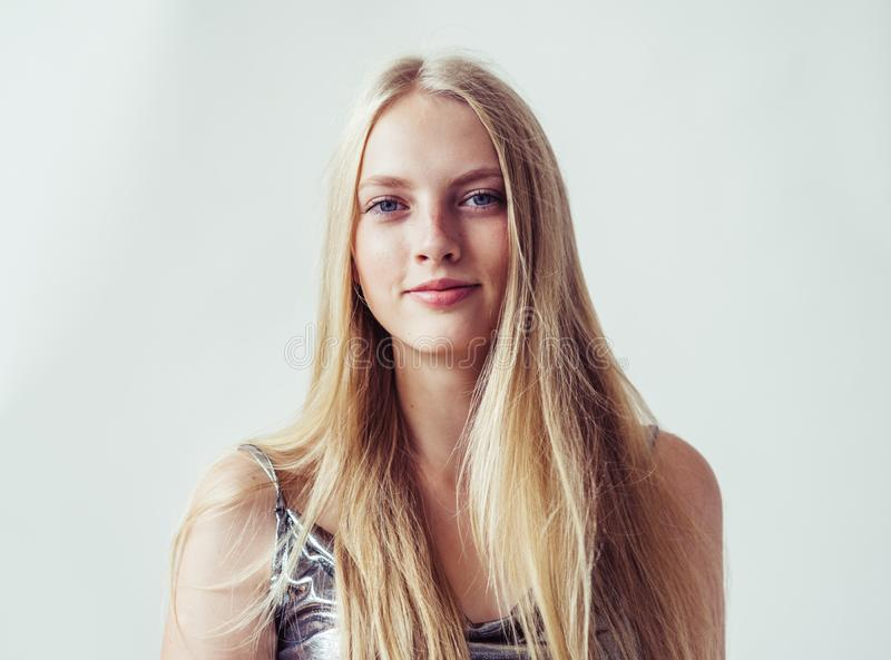 Όμορφο ξανθό κορίτσι γυναικών με τα μακριά ξανθά μαλλιά ομαλά και το beau στοκ εικόνες με δικαίωμα ελεύθερης χρήσης