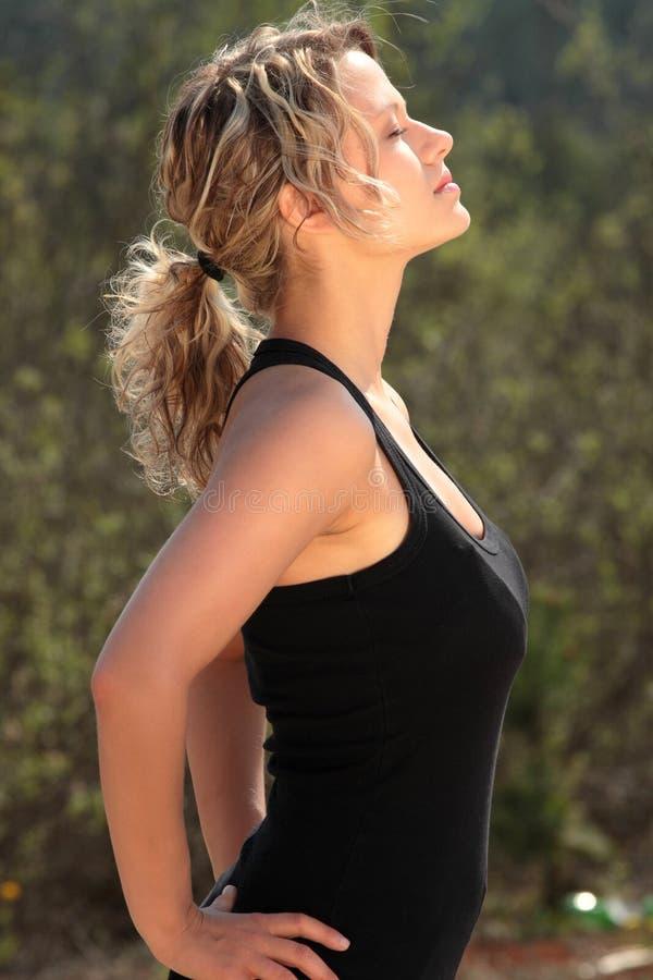 όμορφο ξανθό κορίτσι ικανότητας στοκ φωτογραφία με δικαίωμα ελεύθερης χρήσης