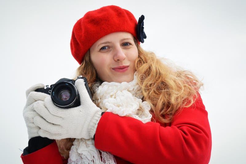 Όμορφο ξανθό κορίτσι με τη κάμερα στοκ φωτογραφίες