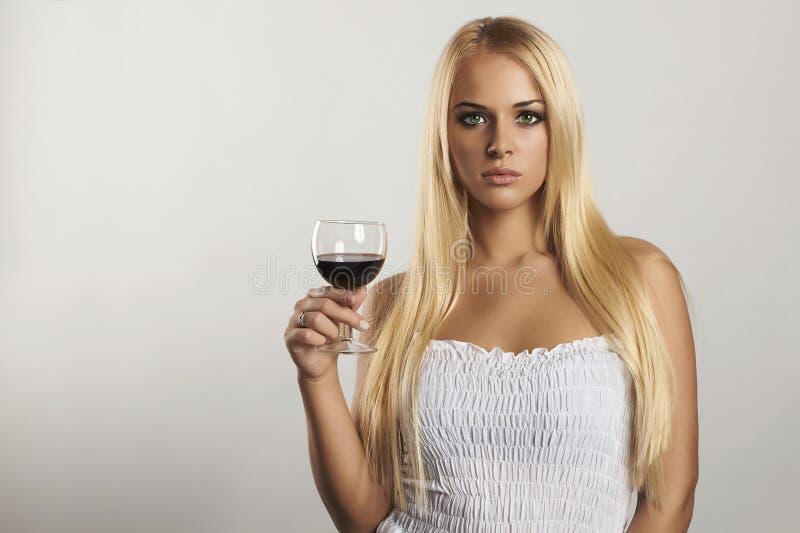 Όμορφο ξανθό κορίτσι με wineglass Ξηρό κόκκινο κρασί προκλητική νέα γυναίκα με το οινόπνευμα εδώ κείμενό σας στοκ φωτογραφίες