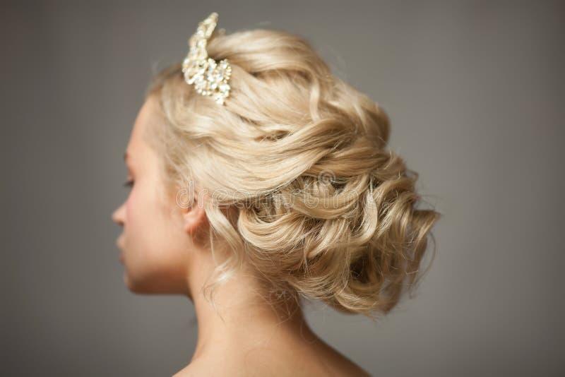 Όμορφο ξανθό κορίτσι στην εικόνα μιας νύφης με μια τιάρα στην τρίχα της στοκ φωτογραφίες