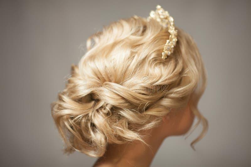 Όμορφο ξανθό κορίτσι στην εικόνα μιας νύφης με μια τιάρα στην τρίχα της στοκ φωτογραφία