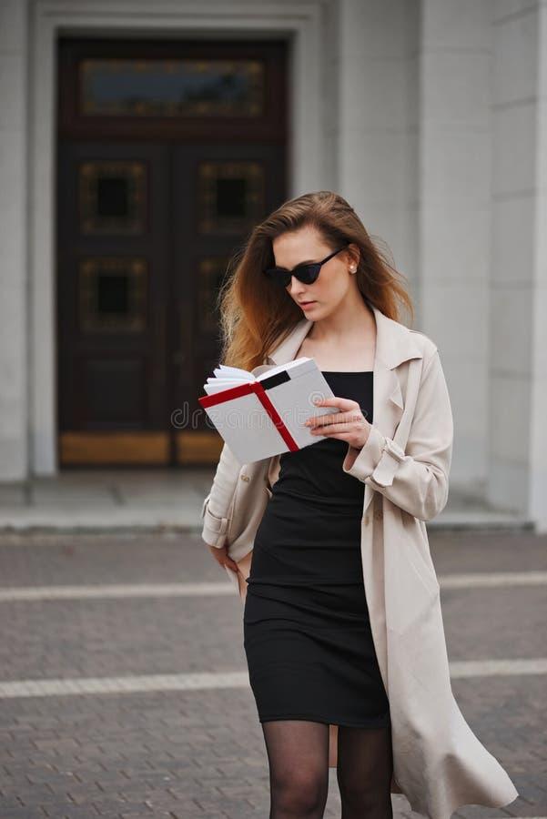 Όμορφο ξανθό κορίτσι στην οδό στοκ φωτογραφίες με δικαίωμα ελεύθερης χρήσης