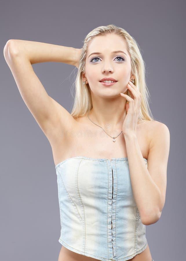 Download όμορφο ξανθό κορίτσι στοκ εικόνες. εικόνα από ευτυχής - 17051360