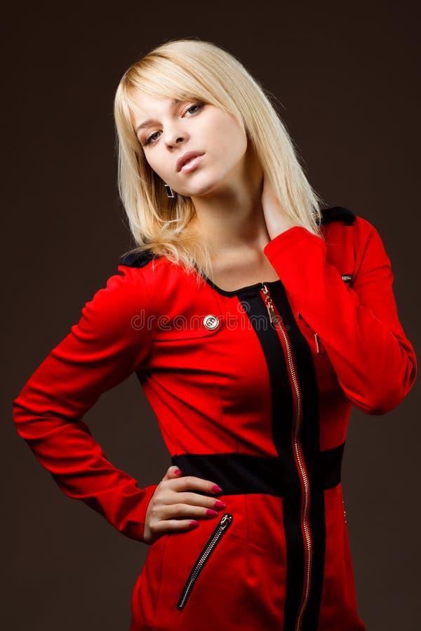 Download όμορφο ξανθό κόκκινο κοριτσιών φορεμάτων Στοκ Εικόνες - εικόνα από πολύ, χείλια: 22787074