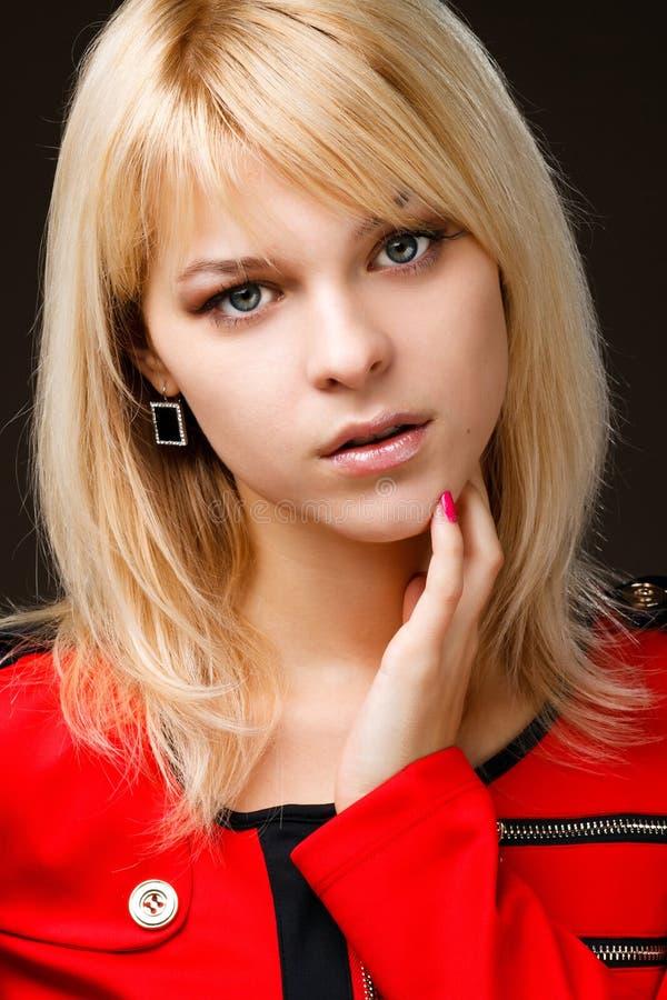 Download όμορφο ξανθό κόκκινο κοριτσιών φορεμάτων Στοκ Εικόνες - εικόνα από ομάδων, υγιής: 22787096