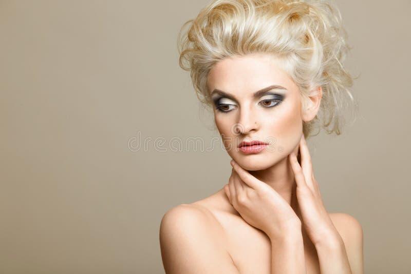 όμορφο ξανθό λευκό ανασκόπ στοκ φωτογραφία με δικαίωμα ελεύθερης χρήσης