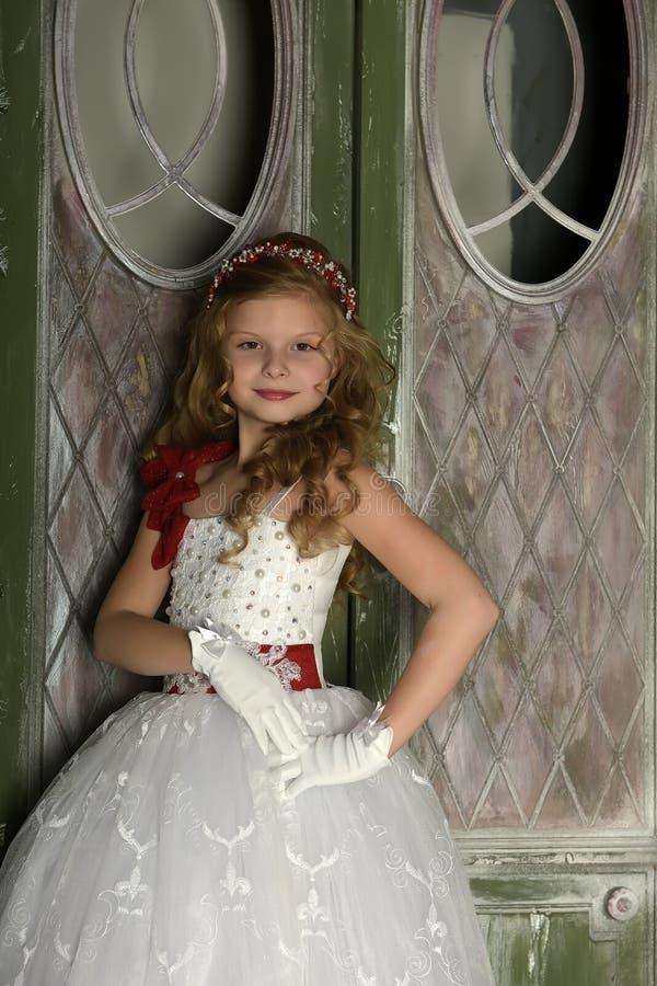 bc77cd05ba1 Όμορφο ξανθό παιδί κοριτσιών σε ένα έξυπνο άσπρο φόρεμα στις διακοσμήσεις  Χριστουγέννων Στοκ Εικόνα - εικόνα από έξυπνο, αριστοκρατικές: 81084931