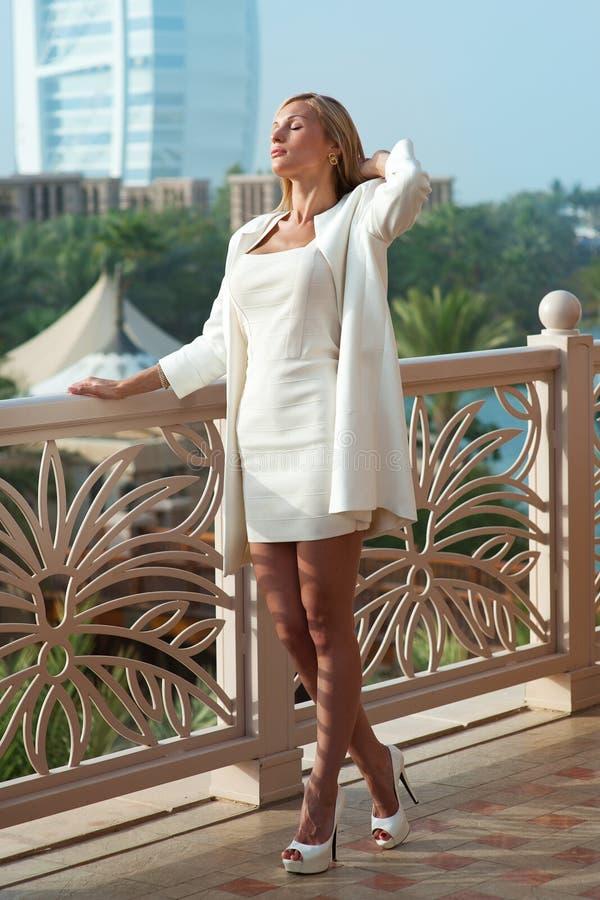 Όμορφο ξανθό ρωσικό επαγγελματικό πρότυπο κορίτσι που έχει τη χαρά και το ρ στοκ εικόνες με δικαίωμα ελεύθερης χρήσης