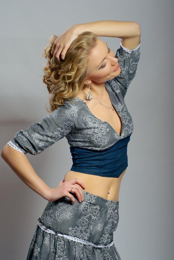 όμορφο ξανθό σγουρό κορίτ&sigma στοκ εικόνα με δικαίωμα ελεύθερης χρήσης