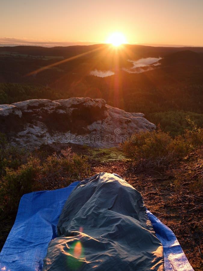 Όμορφο ξύπνημα στους βράχους Ύπνος στη φύση στο υπνόσακο Άποψη από τη δύσκολη αιχμή στοκ φωτογραφία