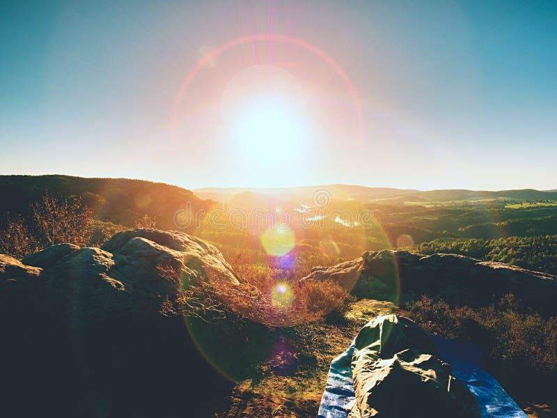 Όμορφο ξύπνημα στους βράχους Ύπνος στη φύση στο υπνόσακο Άποψη από τη δύσκολη αιχμή στοκ εικόνες
