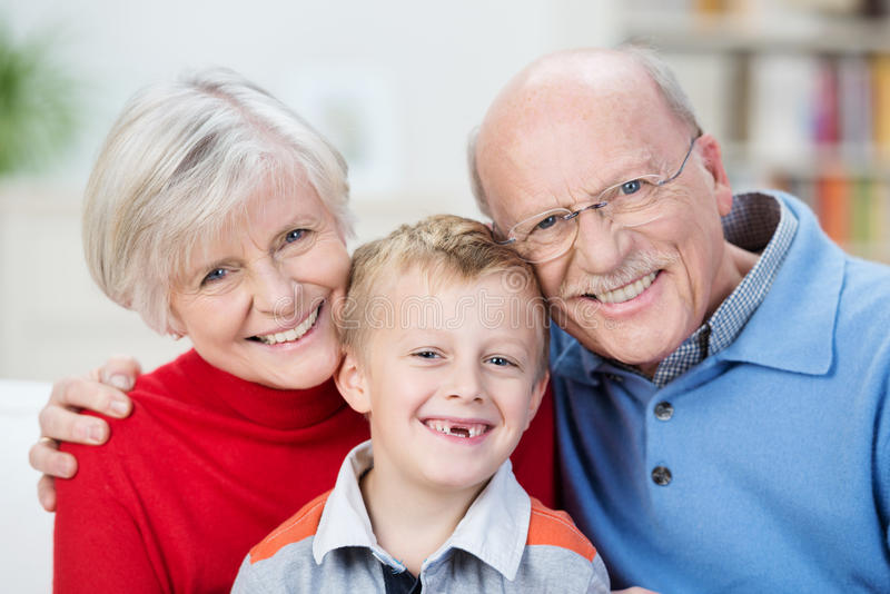 Όμορφο οικογενειακό πορτρέτο που παρουσιάζει τις γενεές στοκ φωτογραφίες