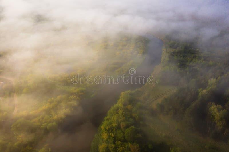 Όμορφο ομιχλώδες τοπίο πρωινού της άποψης ποταμών άνωθεν Εναέρια άποψη των σύννεφων πέρα από τον ποταμό στοκ φωτογραφία με δικαίωμα ελεύθερης χρήσης
