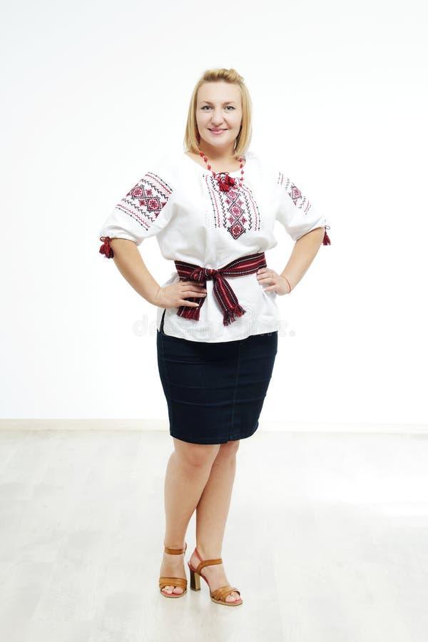 Όμορφο ουκρανικό κορίτσι στο εθνικό κοστούμι στοκ εικόνες με δικαίωμα ελεύθερης χρήσης