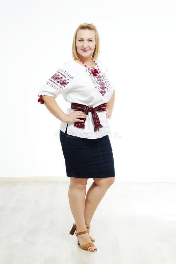 Όμορφο ουκρανικό κορίτσι στο εθνικό κοστούμι στοκ εικόνες