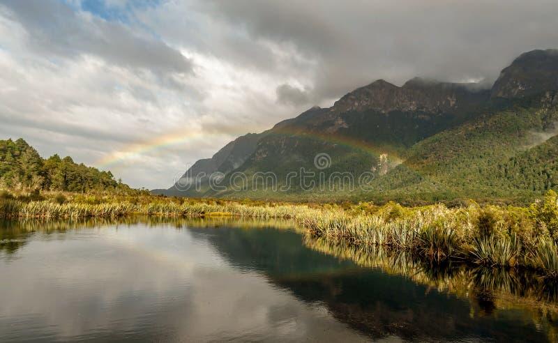Όμορφο ουράνιο τόξο στα βουνά του ήχου Milford στη Νέα Ζηλανδία στοκ φωτογραφία