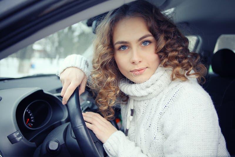 Όμορφο οδηγώντας αυτοκίνητο γυναικών στοκ εικόνες με δικαίωμα ελεύθερης χρήσης