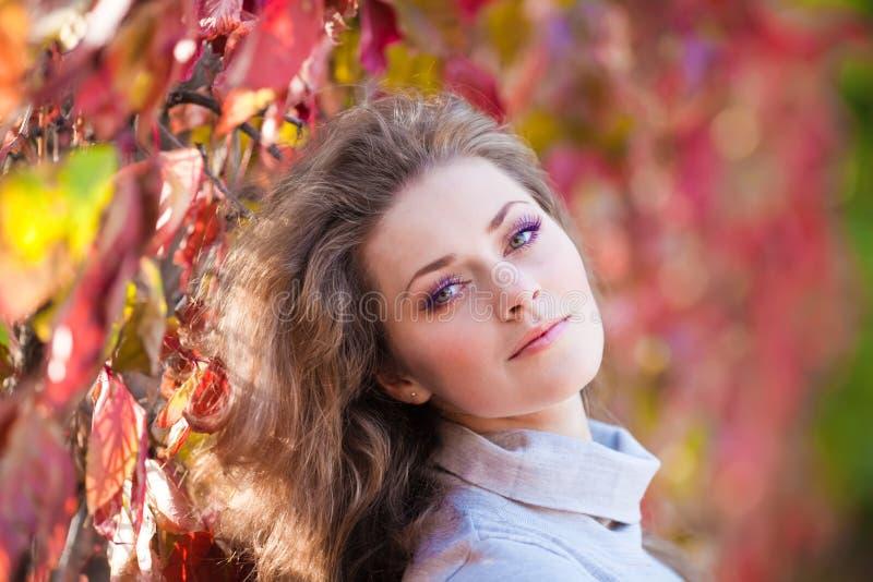 όμορφο πάρκο κοριτσιών φθι στοκ φωτογραφία με δικαίωμα ελεύθερης χρήσης