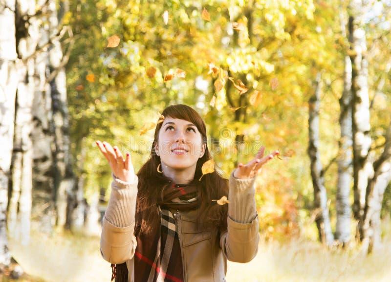 όμορφο πάρκο κοριτσιών φθι στοκ φωτογραφίες