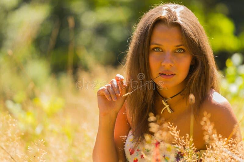 όμορφο πάρκο κοριτσιών στοκ εικόνες