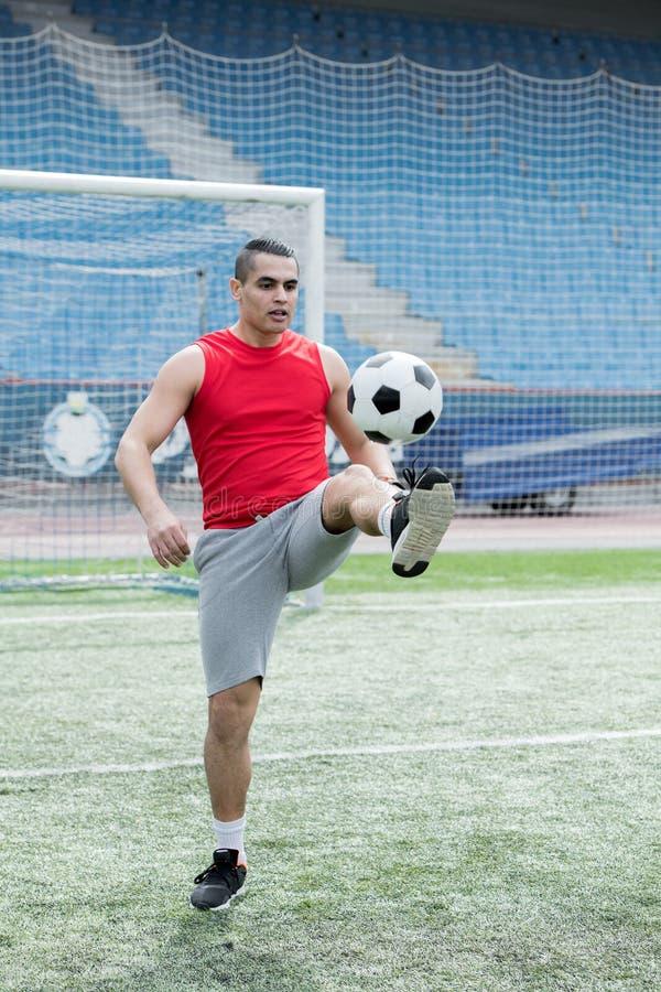 Όμορφο παίζοντας ποδόσφαιρο νεαρών άνδρων στοκ φωτογραφία με δικαίωμα ελεύθερης χρήσης