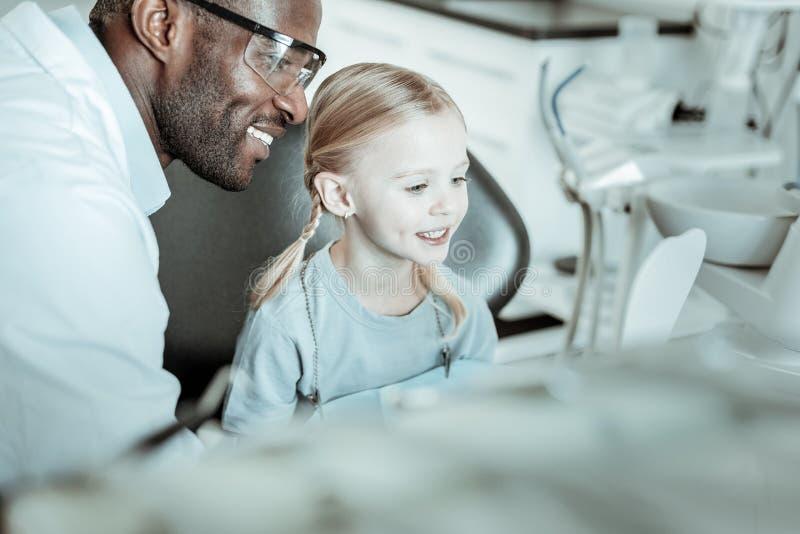 Όμορφο παιδί με την ελαφριά τρίχα που κοιτάζει στον καθρέφτη στοκ εικόνες