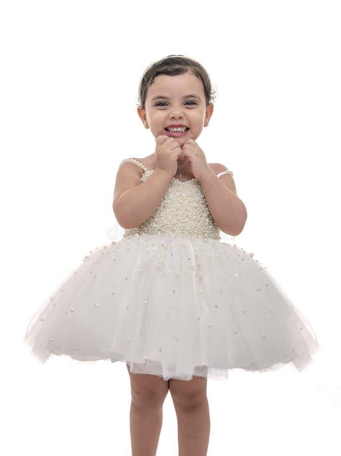 Όμορφο παιδί στο άσπρο γαμήλιο φόρεμα, μικρό κορίτσι με την έκφραση ευτυχίας στοκ φωτογραφίες