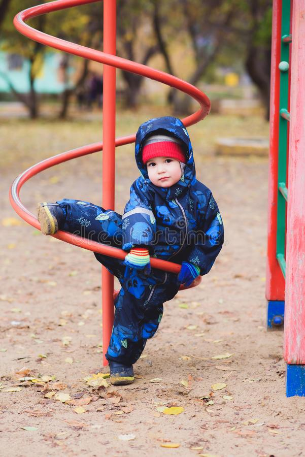 όμορφο παιχνίδι παιδιών στην παιδική χαρά στοκ φωτογραφίες με δικαίωμα ελεύθερης χρήσης