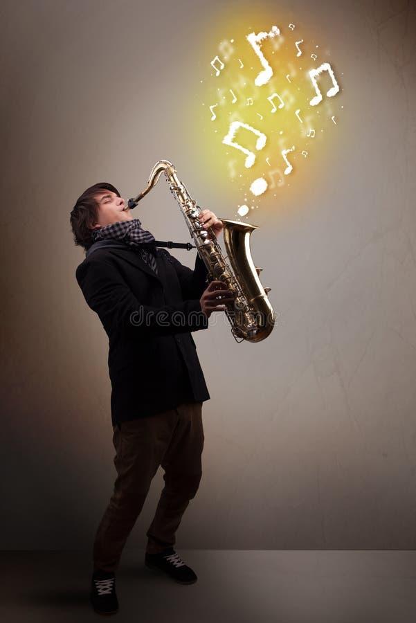 Όμορφο παιχνίδι μουσικών στο saxophone με τις μουσικές νότες στοκ φωτογραφίες με δικαίωμα ελεύθερης χρήσης
