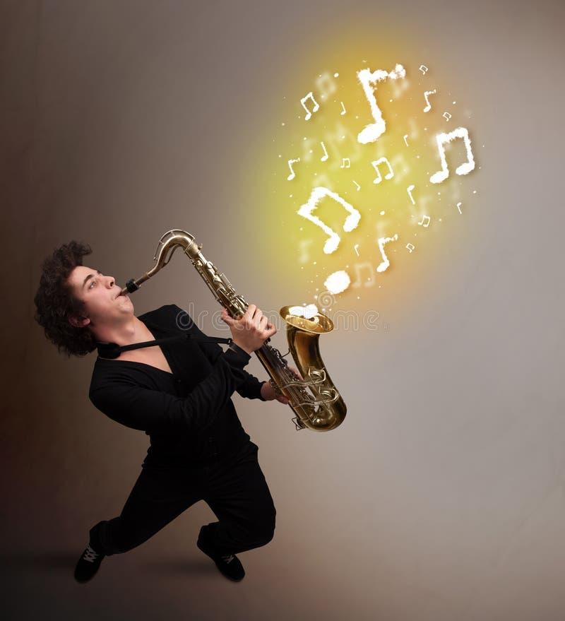 Όμορφο παιχνίδι μουσικών στο saxophone με τις μουσικές νότες στοκ εικόνα