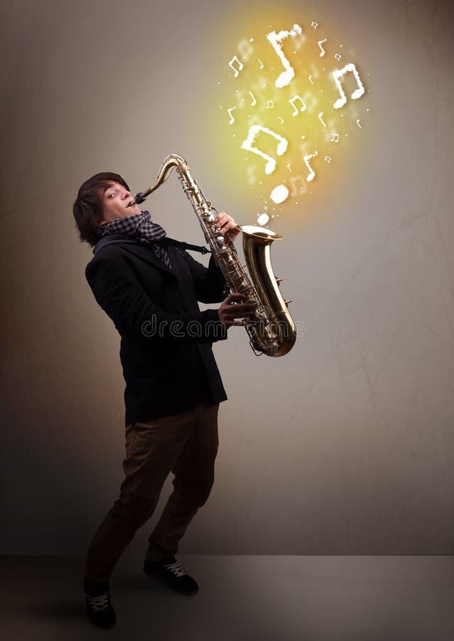 Όμορφο παιχνίδι μουσικών στο saxophone με τις μουσικές νότες στοκ εικόνα με δικαίωμα ελεύθερης χρήσης