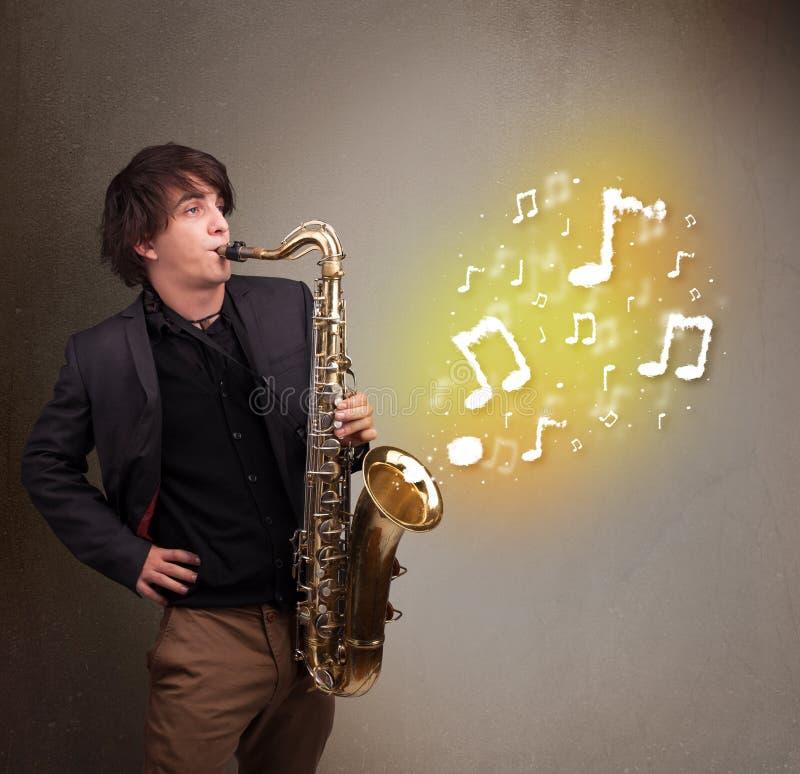 Όμορφο παιχνίδι μουσικών στο saxophone με τις μουσικές νότες στοκ εικόνες με δικαίωμα ελεύθερης χρήσης