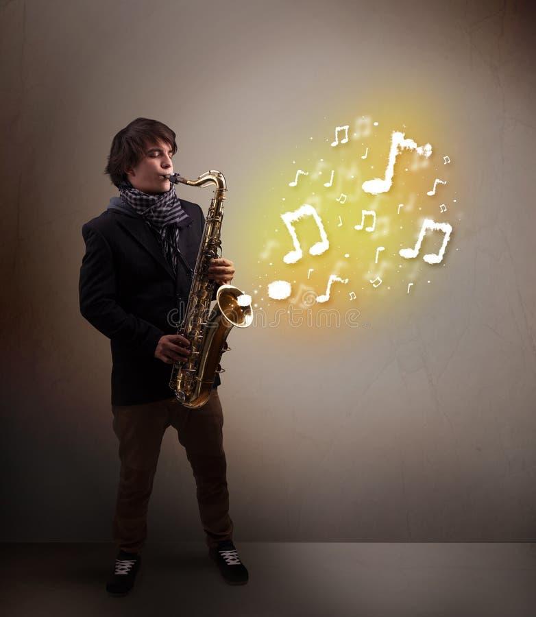 Όμορφο παιχνίδι μουσικών στο saxophone με τις μουσικές νότες στοκ φωτογραφία με δικαίωμα ελεύθερης χρήσης
