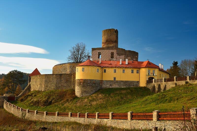 Όμορφο παλαιό τσεχικό κάστρο Svojanov Δημοκρατία της Τσεχίας Ευρώπη Παλαιά αρχιτεκτονική στο τοπίο με το μπλε ουρανό και τον ήλιο στοκ εικόνα με δικαίωμα ελεύθερης χρήσης