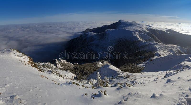 Όμορφο πανόραμα του τοπίου βουνών στη χειμερινή σκηνή στοκ εικόνα