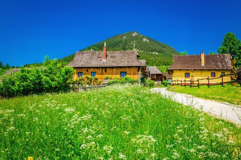 Όμορφο παραδοσιακό χωριό Vlkolinec, Σλοβακία στοκ φωτογραφία